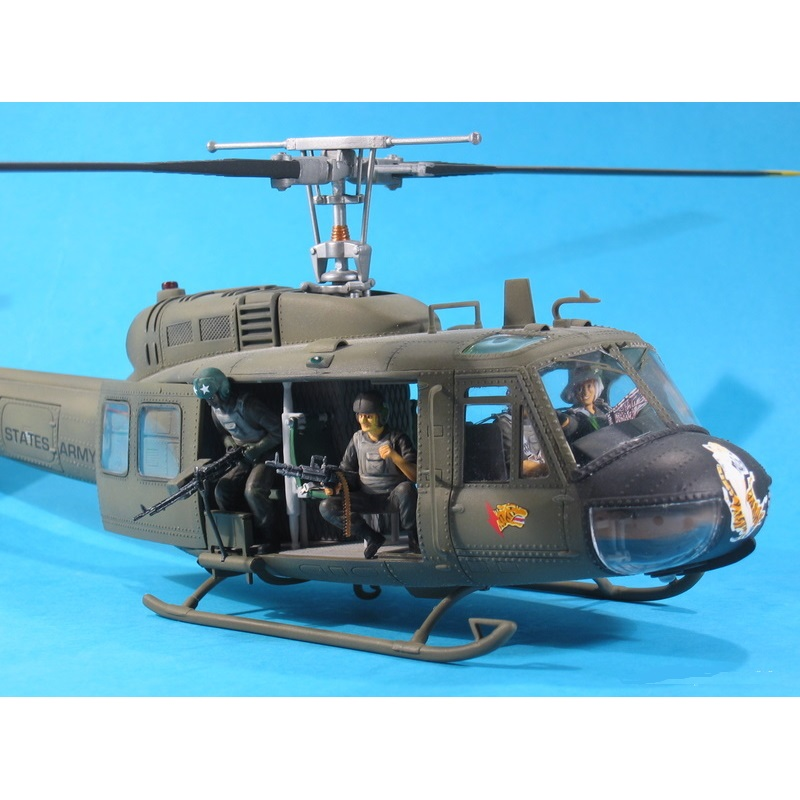 Dragon Models UH1D Huey Helicopter w/Four Crewmen -